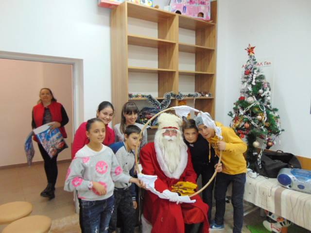 Дядо Коледа зарадва с подаръци малчуганите в Детско отделение на МБАЛ – Смолян