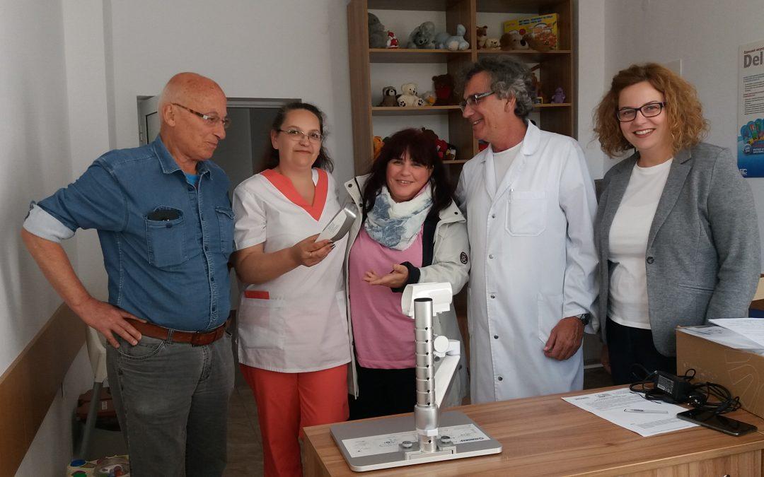 """Смолянската фирма """"ЕМЕ"""" дари на Отделението по педиатрия апарат за откриване на вени"""