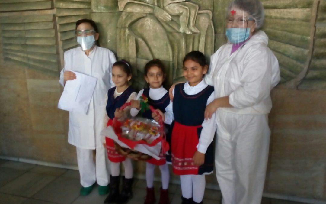 """Над 60 мартеници подариха деца от ДГ """"Веселушко"""" на медици и пациенти в МБАЛ – Смолян"""