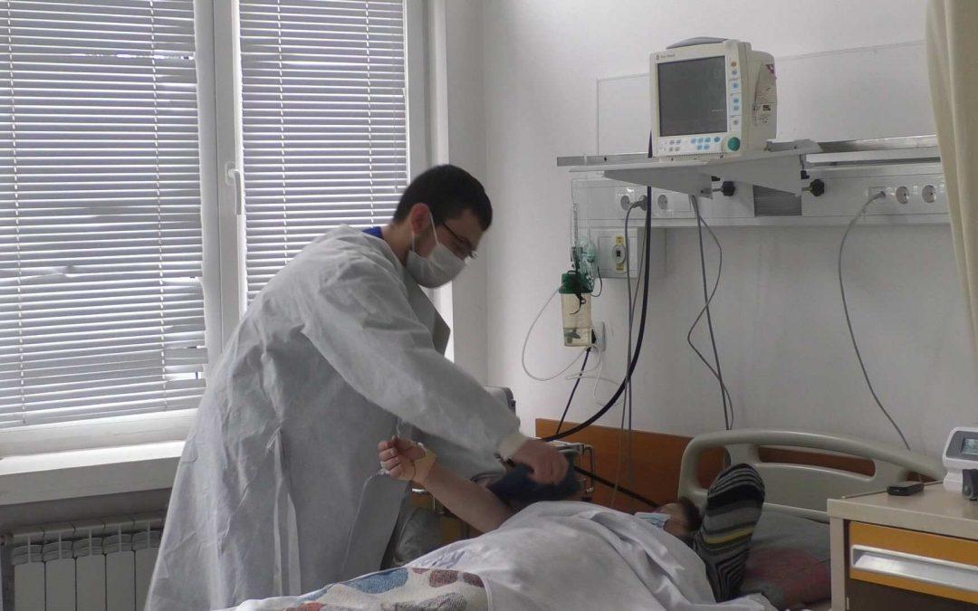 Студент по медицина работи като доброволец в МБАЛ – Смолян